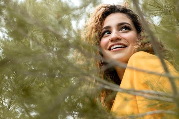 Feche acima da mulher sorridente na natureza