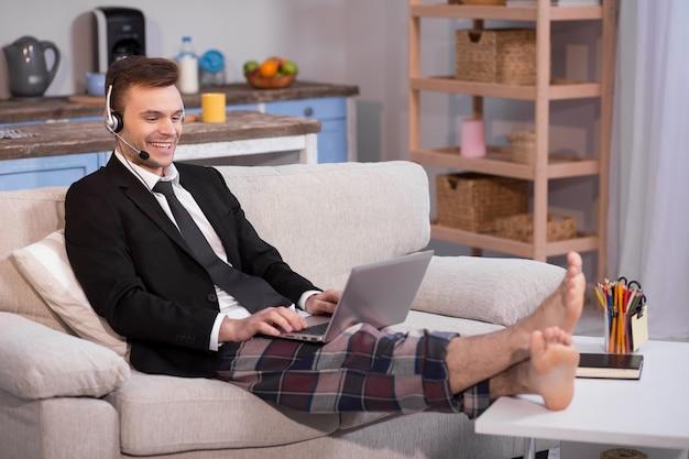 Feche acima da opinião um homem que trabalha em autônomo em casa.