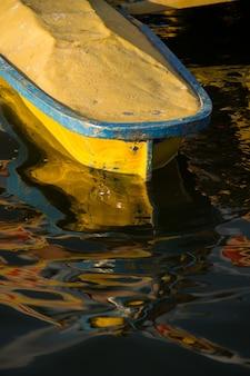 Feche acima da parte frontal do pequeno barco amarelo