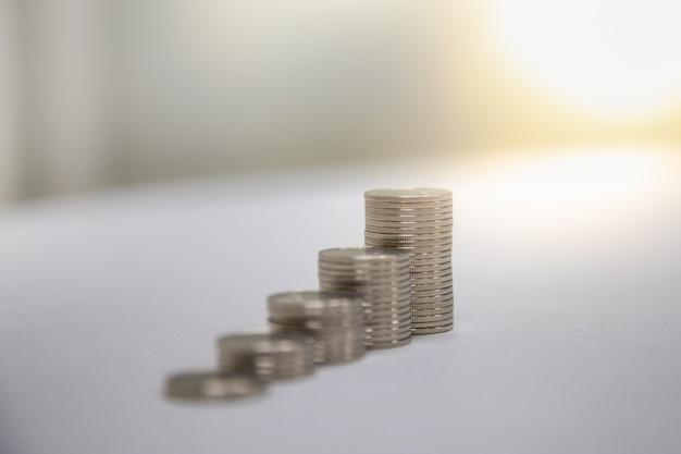 Feche acima da pilha das moedas de prata com espaço da cópia.