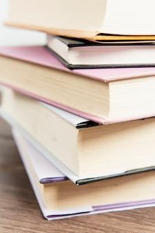 Feche acima da pilha de livro