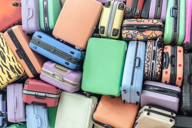 Feche acima da pilha de malas de malas de viagem velhas empilhadas