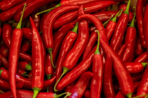 Feche acima da pimenta chilena vermelha quente.