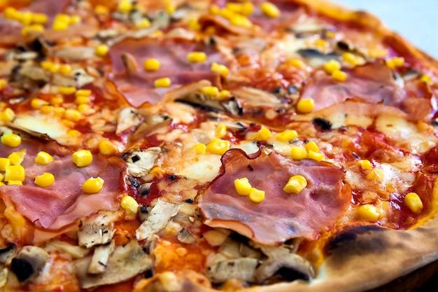 Feche acima da pizza com carne e milho. fundo de alimentos.