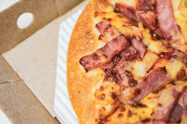 Feche acima da pizza havaiana com presunto e o abacaxi fervidos.