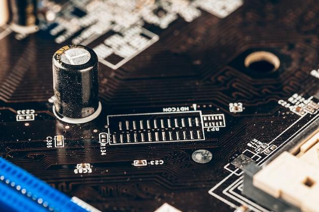 Feche acima da placa de circuito eletrônico com processador