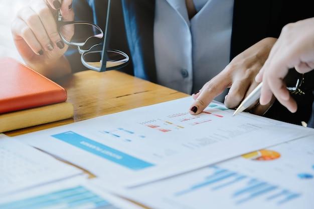 Feche acima da reunião de pessoas de negócios para discutir a situação no mercado. conceito financeiro do negócio