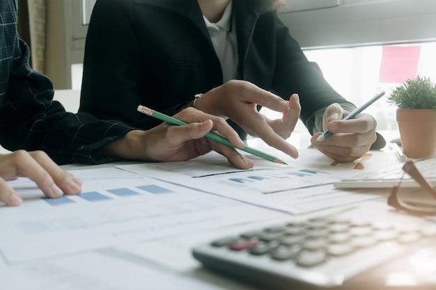 Feche acima da reunião de pessoas de negócios para discutir a situação no mercado.