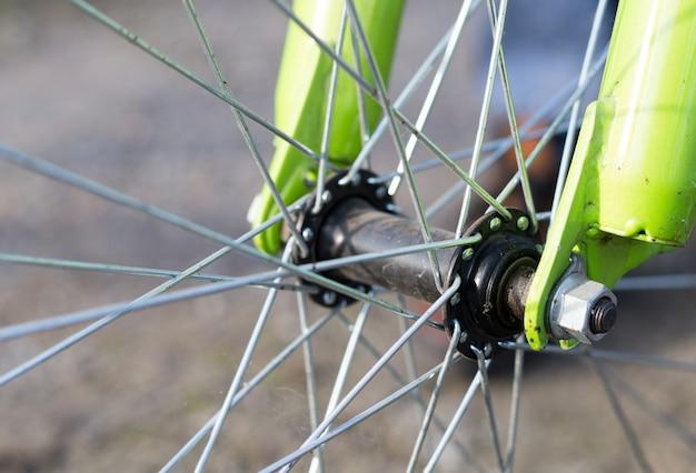 Feche acima da roda de bicicleta, fim acima do detalhe. conceito de vida ecológica e esportiva