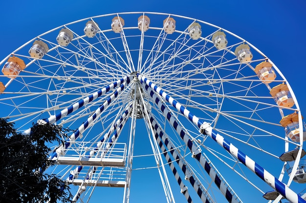 Feche acima da roda gigante em um parque de diversões
