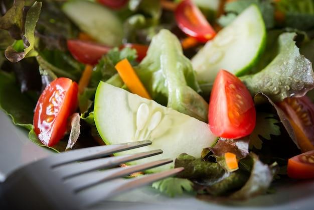 Feche acima da salada de legumes frescos.