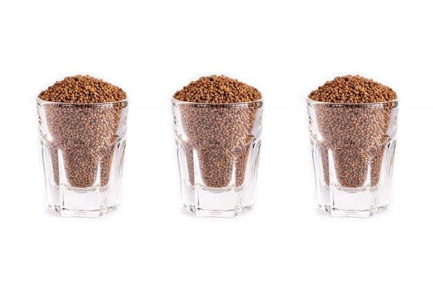 Feche acima da semente orgânica de perilla isolada no branco