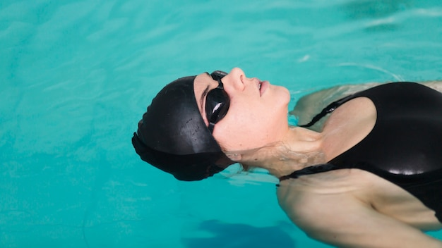 Feche acima da senhora nadadora