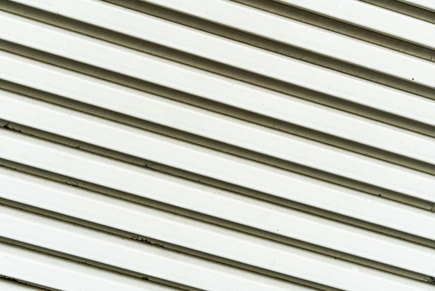 Feche acima da textura pintada branca da grade do ar do metal. perfeito para o fundo.
