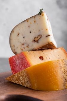 Feche acima da torre de queijo duro