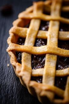 Feche acima da torta tradicional da passa da pastelaria caseiro caseiro.