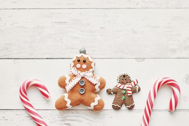 Feche acima da vista da opinião superior colorida dos biscoitos e dos pirulitos do natal.