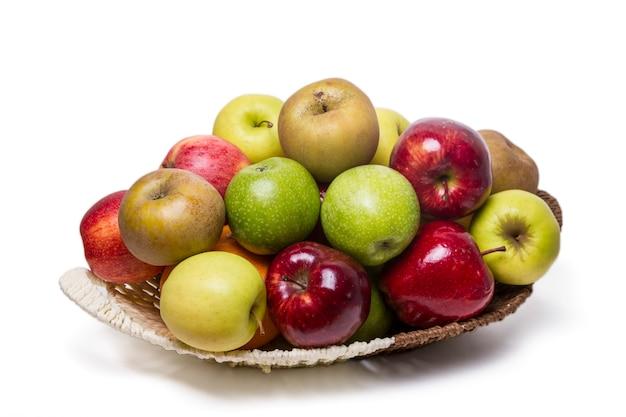 Feche acima da vista de diversas maçãs de cultivars diferentes, isoladas em um fundo branco.