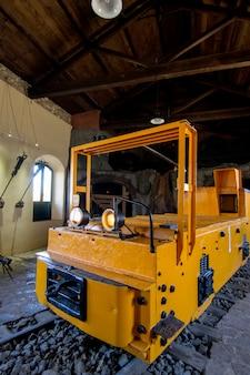 Feche acima da vista de um museu com um veículo de mineração velho do transporte.