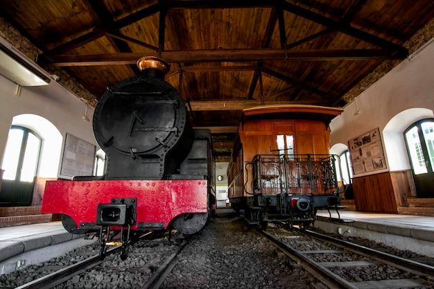 Feche acima da vista de um trem velho do vapor dentro de um museu na espanha.