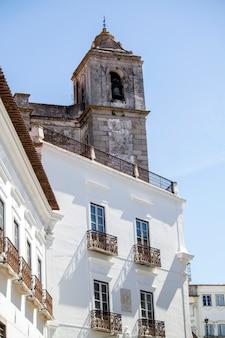 Feche acima da vista de uma igreja cristã com uma torre de sino situada em aracena, espanha.