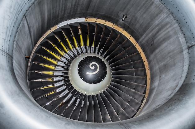 Feche acima da vista em uma turbina do plano de peça.