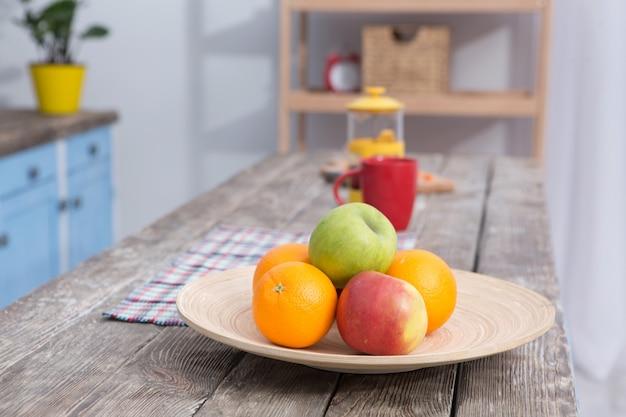 Feche acima da vista na fruta em uma tabela na tabela de madeira das cozinhas.