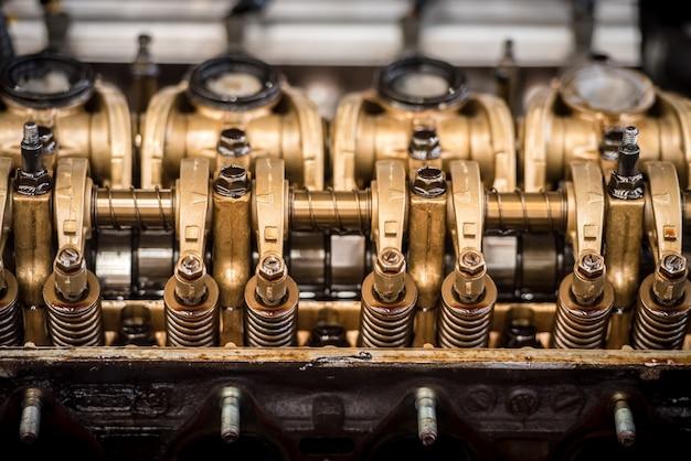 Feche acima da vista superior do bloco de pistões de cabeçalhos de peças de motor e engrenagem de corrente.