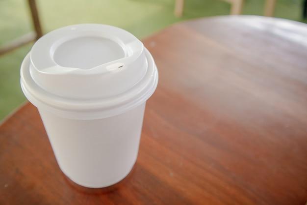 Feche acima da xícara de café quente branca.