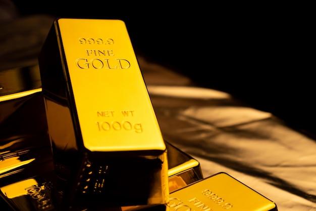 Feche acima das barras de ouro no bacground preto. conceito financeiro
