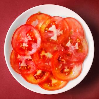 Feche acima das fatias de tomate suculento