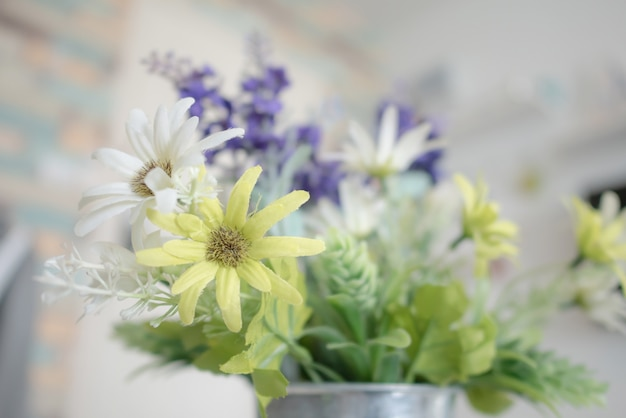 Feche acima das flores brancas e verdes com pólen