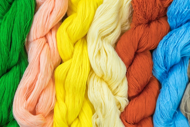 Feche acima das lãs coloridas do fio da linha de confecção de malhas. usando para papel de parede ou plano de fundo.