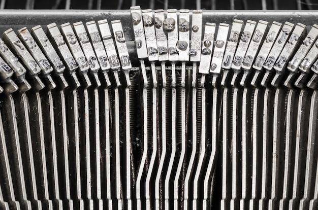 Feche acima das letras em uma máquina de escrever velha.