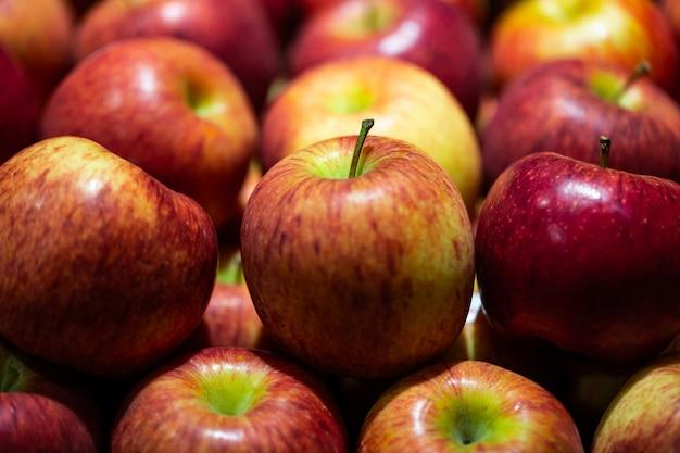 Feche acima das maçãs vermelhas em uma tenda do mercado