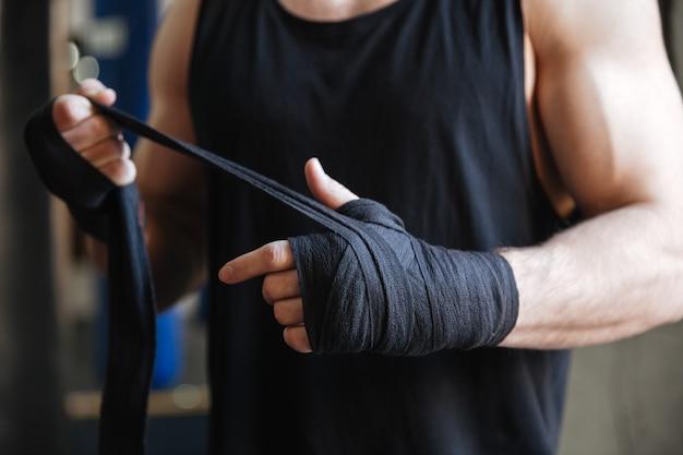 Feche acima das mãos do boxer em luvas