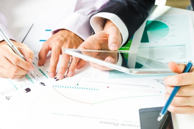 Feche acima das mãos do homem de negócios durante a reunião de negócios