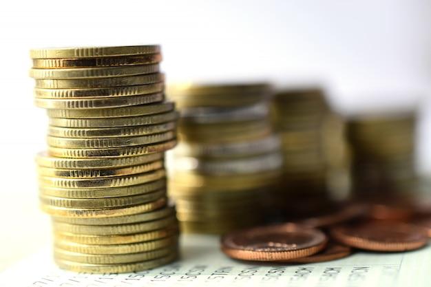 Feche acima das moedas à pilha de moedas, conceito do crescimento do negócio. risco financeiro.