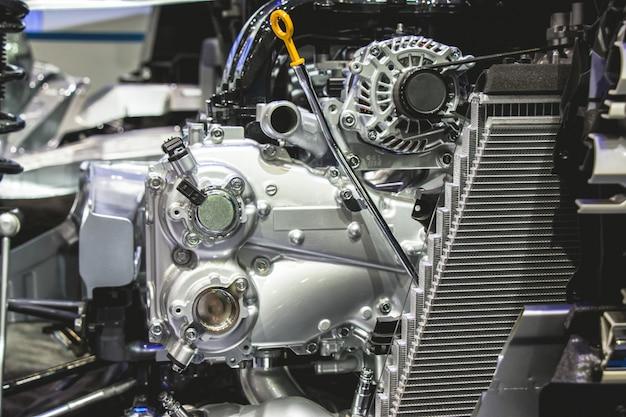 Feche acima das peças do motor e da engrenagem de carro de automotivo.