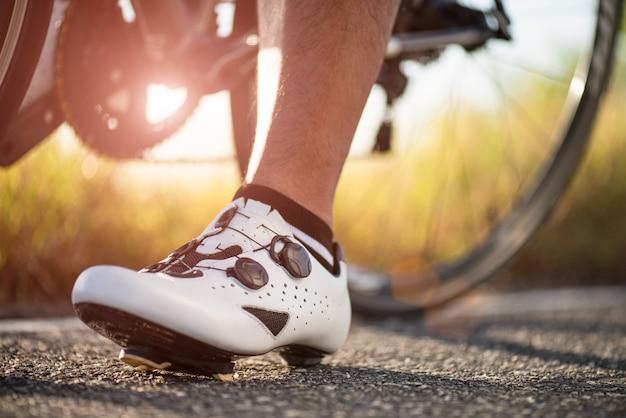 Feche acima das sapatas da bicicleta prontas para andar de bicicleta ao ar livre.