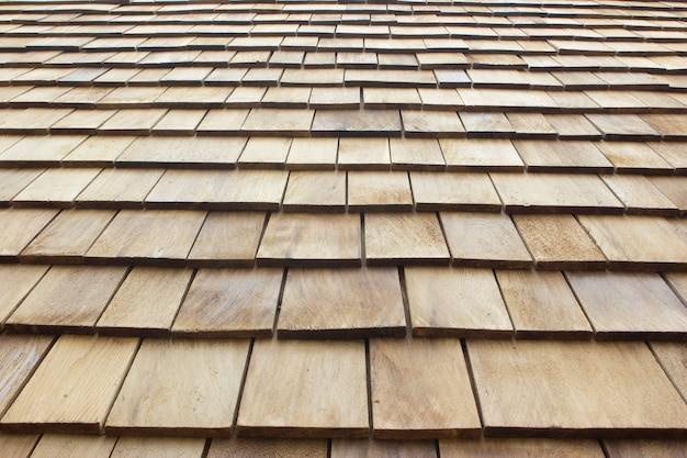 Feche acima das telhas de madeira marrons do telhado. fundo de madeira.