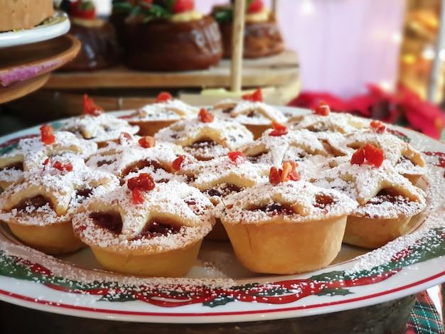 Feche acima das tortas de natal no feriado.