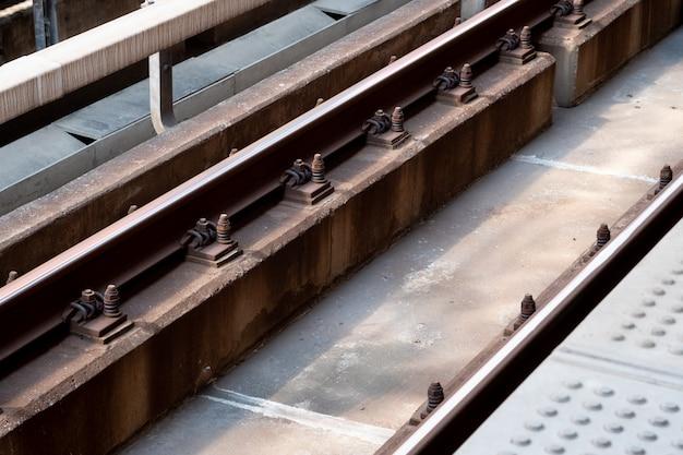 Feche acima das trilhas da estação ferroviária.
