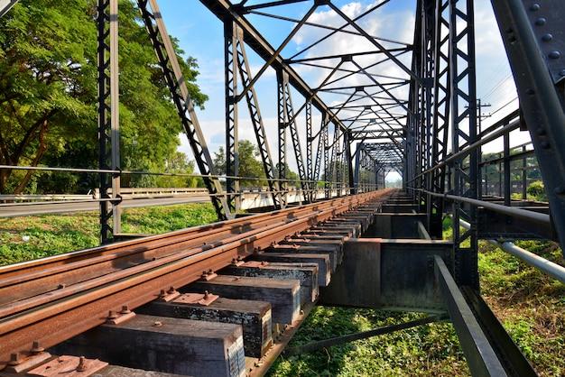 Feche acima das trilhas railway fundem junto a ponte velha