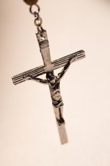 Feche acima de crucifixo de contas de rosário