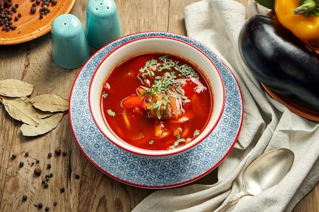 Feche acima de laghman - prato asiático central de macarrão puxado, carne cordeiro e legumes. sopa vermelha quente e picante (borth). cozinha oriental