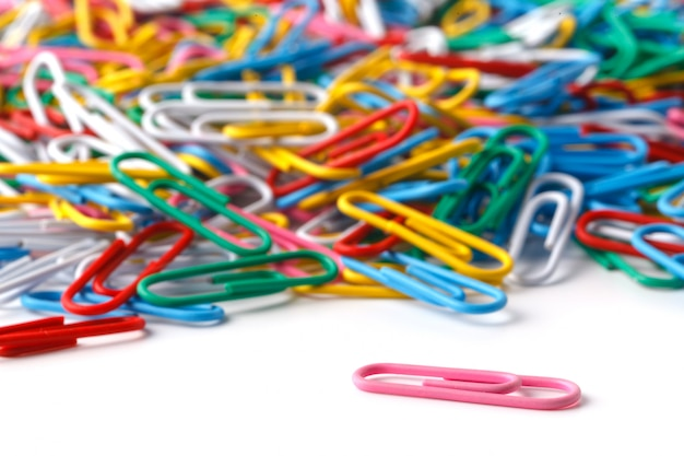 Feche acima de muitos clipes de papel coloridos