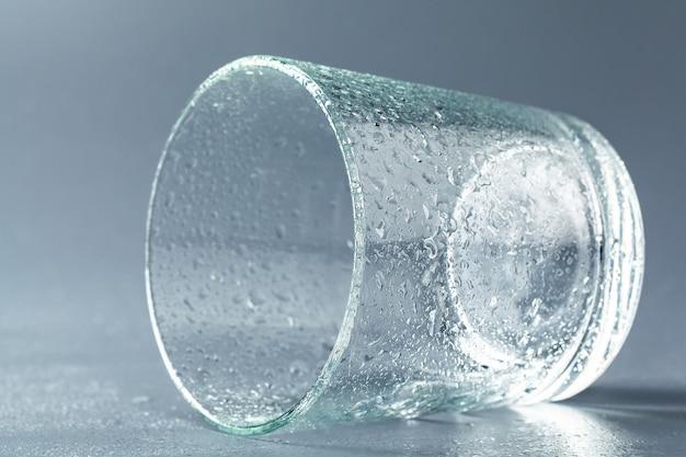 Feche acima de um copo com água mineral