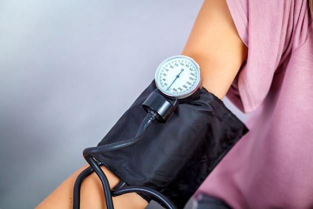 Feche acima de um doutor checking blood pressure of um paciente. conceito de serviço médico.