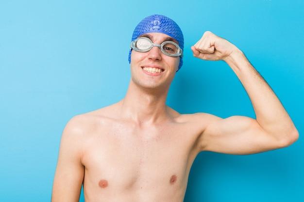 Feche acima de um homem caucasiano do nadador do adolescente